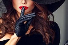 Девушка прикрывает пальцем губы